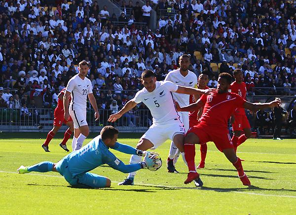 Entre Stefan Marinovic y Michael Boxall evitan que Jefferson Farfán tenga una oportunidad clara de gol. (Foto: Pedro Monteverde / DeChalaca.com, enviado especial a Wellington)