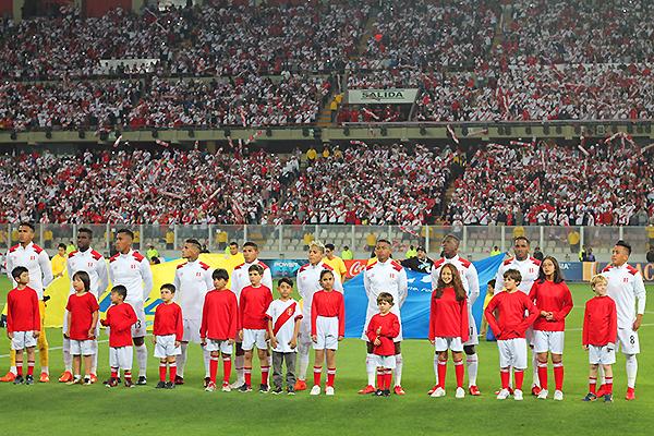 El himno cantado por los jugadores y los asistentes al estadio Nacional fue un momento memorable. (Foto: Carlos Vela / DeChalaca.com)