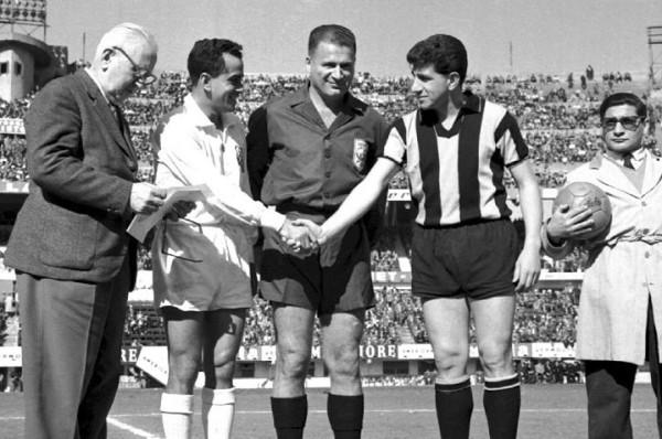 Saludo de los capitanes en la primera final, disputada en el estadio Centenario. Santos le ganó a Peñarol por 1-2 (Foto: taringa.net)