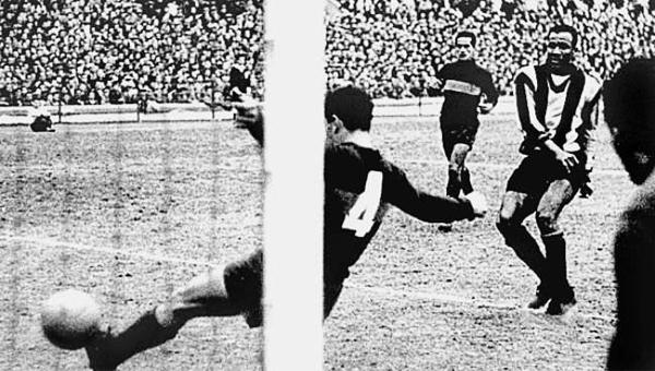 Alberto Spencer marcándole un gol a Boca Juniors en Uruguay (Foto: pasionlibertadores.com)