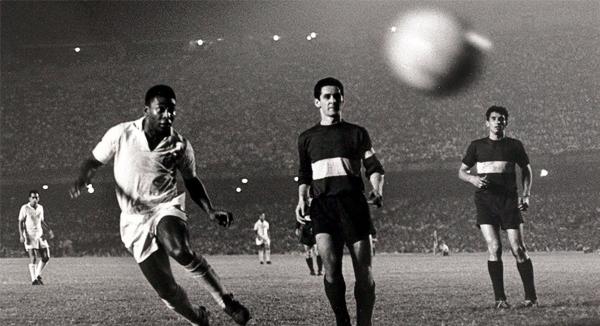 Pelé en acción ante Boca Juniors durante la final de 1963, su segundo título con el Santos en la Libertadores (Foto: AFP)