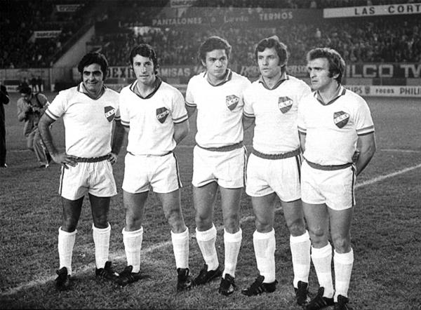 Luis Cubilla, el primero de los parados, en el estadio Nacional de Lima cuando en 1971 Nacional le ganó en partido extra la final a Estudiantes de La Plata (Foto: lacelesteblog.com)