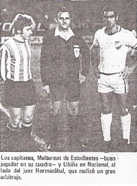 'Cacho' Malbernat y Ubiña, los capitanes de ambos elencos, posan sobre el césped del Nacional de Lima con el juez chileno Hormazábal (Recorte: diario La Crónica)