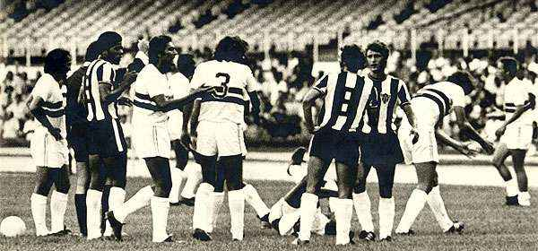 Discusión entre jugadores en el empate 0-0 entre Sao Paulo y Atlético Mineiro en el 'Morumbí' por la Libertadores 1972. (Foto: superdeportes.com.br)
