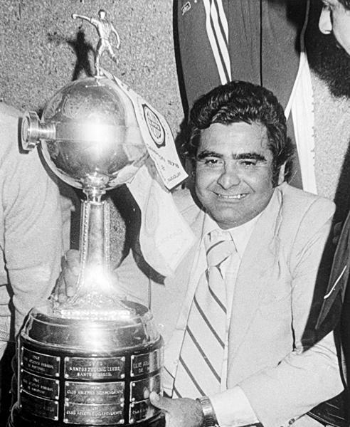 Luis Cubilla junto a su primera Libertadores como técnico de Olimpia (Foto: d10.com.py)