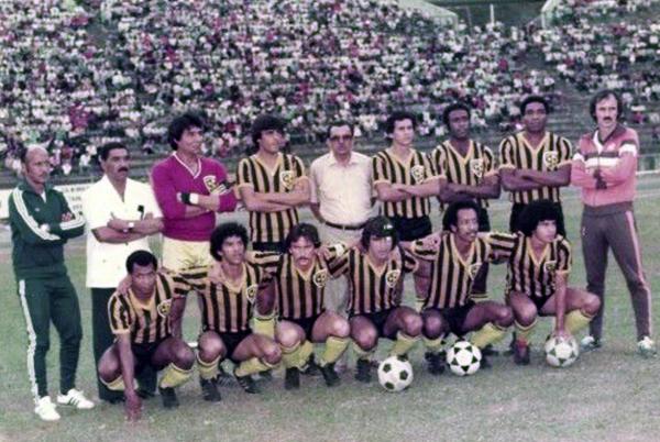 Deportivo Táchira versión 1983 con los cuatro peruanos: Marcos Calderón en camisa blanca, Pedro Chinchay y Rodulfo Manzo al final de los jugadores de a pie y Augusto Palacios, el penúltimo de los hincados (Foto: augustopalacios.co.za)