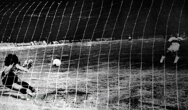 René Higuita ataja un penal en el momento decisivo ante Olimpia para que Atlético Nacional gane la Libertadores (Foto: atlnacional.com.co)