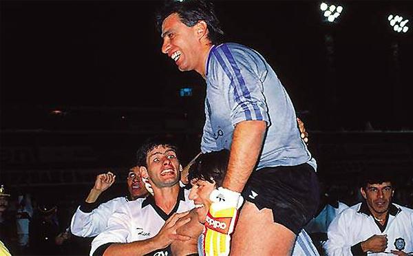Dos títulos separados por once años fue el logro que tuvo Ever Almeida en 1990 tras vencer al Barcelona en Ecuador (Foto: pasionlibertadores.com)