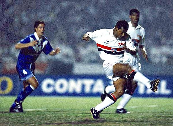 Müller se encarga del único tanto de Sao Paulo sobre Vélez en la final de 1994 (Foto: Grupo Abril)