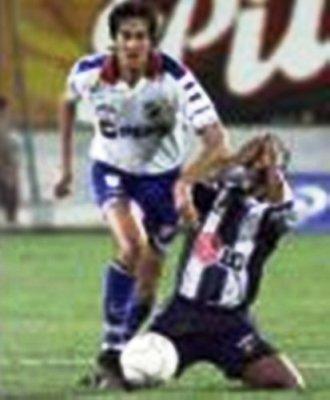Paulo Hinostroza cae ante el avance de Marco Vanzini durante el Alianza 2 - Nacional 2 de la Libertadores 2000, en Matute (Foto: AFP)