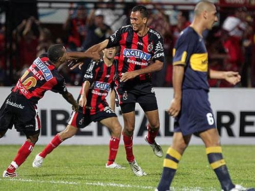 Cúcuta fue la gran sorpresa de la edición de 2007 en la que solo Boca le pudo poner freno a su buen momento (Foto: AP)