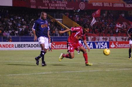 Romaña marca a Mostto. El colombiano fue una de las figuras en la zaga tacneña (Foto: Radio Uno de Tacna)