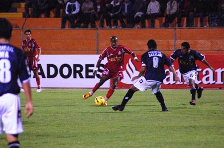 Ross hizo un buen partido, pero no llegó al gol (Foto: Radio Uno de Tacna)