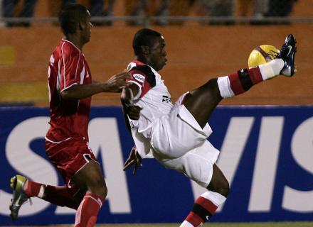 Adán Balbín, quien en los inicios de su carrera jugara como '10' en Unión Huaral, se ha redefinido como un eficiente zaguero central (Foto: EFE)