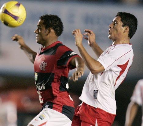 A 'Bolo' le quedó grande la Libertadores. Acá Álvarez es superado con claridad (Foto: Reuters)