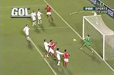 Así se elevó Solís para batir el arco bolognesiano a muy poco del final del partido (Captura: Fox Sports Americas)