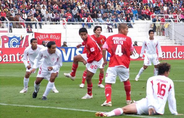 Solís (4) se lanzó varias veces al ataque y, a falta de 10 minutos para el final, tuvo su recompensa (Foto: Diario del Cusco)