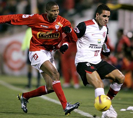Guizasola, acá a la marca de Renato Augusto, fue de lo más rescatable de un equipo para la lágrima (Foto: EFE)
