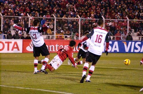 Cienciano tropezó con sus propios errores, como Vassallo en esta jugada de ataque (Foto: Diario del Cusco)