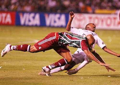 Por momentos, 'Flu' apeló al juego fuerte ante la movilidad de los hombres de Liga, como hace acá Luiz Alberto (Foto: elcomercio.com)