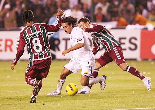 Manso se jugó un partidazo. Acá enfrenta la marca de Ygor (Foto: elcomercio.com)