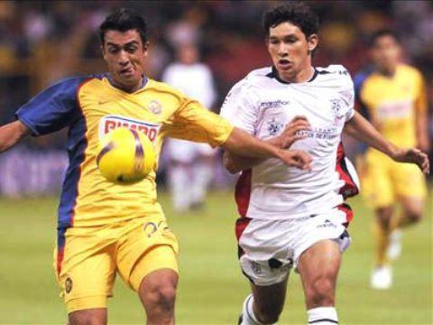 El paraguayo Ovelar pudo marcar un golazo sobre el inicio del cotejo. Acá disputa el balón con Villegas (Foto: EFE)
