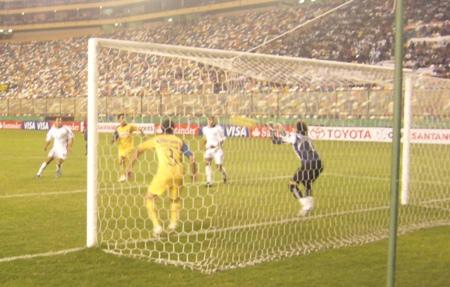 En el complemento, el 'Pepe' Díaz pudo convertir un golazo, pero Ochoa contuvo el remate (Foto: Abelardo Delgado / DeChalaca.com)
