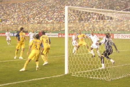 Ambas defensas fueron lo más destacado del partido hasta que se abrió el arco americanista (Foto: Abelardo Delgado / DeChalaca.com)