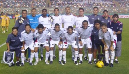 Postal para la Muela: Leguizamón, recostado sobre la derecha, con la '10' de la San Martín (Foto: Abelardo Delgado / DeChalaca.com)