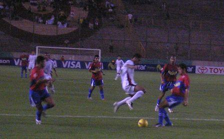 Alguna gente en Norte, como 'Chicho' Salas en esta jugada,  comenzó a saltar por la San Martín (Foto: Abelardo Delgado / DeChalaca.com)