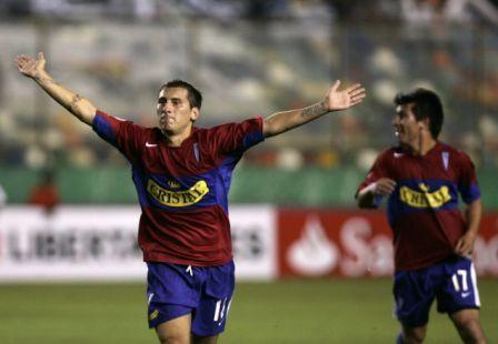 Darío Bottinnelli ejecutó un magistral remate que terminó por revelar que el equipo chileno tiene genialidades (Foto: EFE)