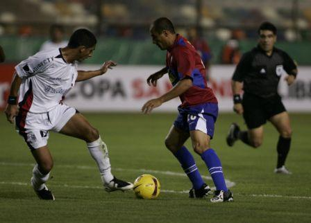 Ailton fue un dolor de cabeza para Guillermo Salas, quien jugó por derecha (Foto: EFE)