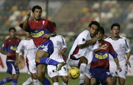 Fernando del Solar, pese a ser zurdo, cambió roles con Leguizamón y jugó recostado hacia la derecha (Foto: EFE)