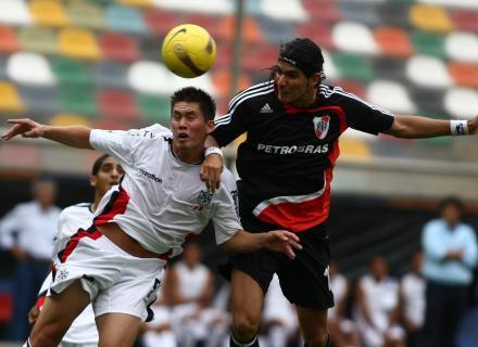 Contreras estuvo impasable por alto y controló al siempre peligroso delantero uruguayo Sebastián Abreu (Foto: EFE)