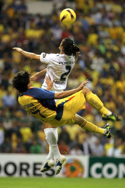 Rodrigo López intenta una chalaca ante Norberto Araujo. El ex jugador de Sporting Cristal tuvo una actuación destacada en la zaga de la Liga (Foto: MEXSPORT)