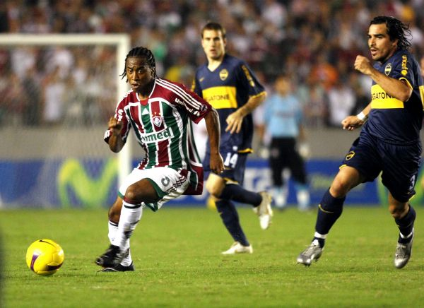 Arouca sale ante Morel. Fluminense mató a Boca en los momentos justos (Foto: MEXSPORT)