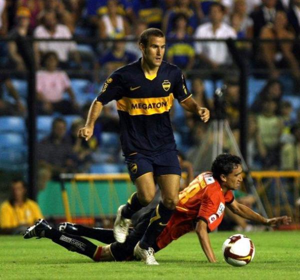 SIN BRILLO. Rodrigo Palacio supera la marca de Granda. Los xeneizes jugaron mal, pero igual vencieron a Cuenca (Foto: EFE)