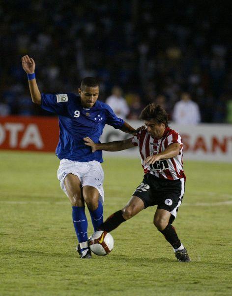 PINCHADOS. Fiel reflejo de lo que fue el partido: Wellington de Cruzeiro supera a Braña de Estudiantes (Foto: EFE)