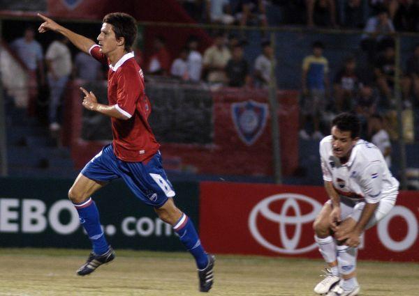 CHICO MARAVILLA. Nicolás Lodeiro celebra el segundo tanto del Nacional charrúa frente a su homónimo de Paraguay (Foto: EFE)