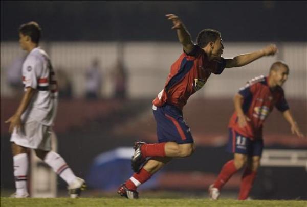 POR POCO. Luis Carlos Arias celebra la apertura del marcador en Brasil. DIM estuvo muy cerca de robarle los 3 puntos a Sao Paulo (Foto: EFE)