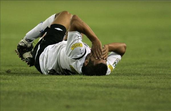 RESIGNADO. Así termino el delantero del Colo Colo de Chile Rodolfo Moya tras caer derrotado ante el Sport Recife (Foto: EFE)