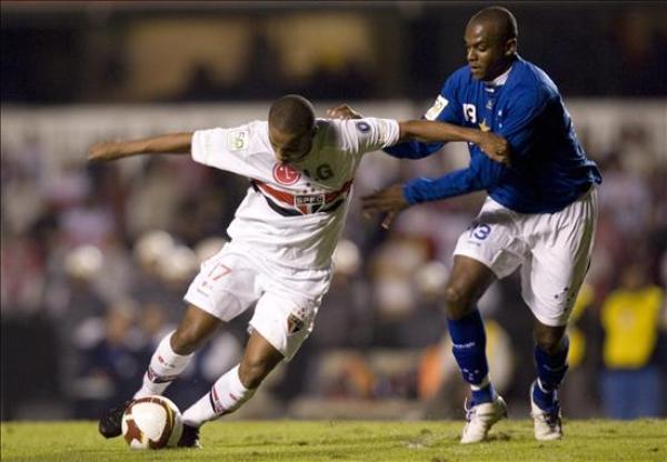 MAREA AZUL. Leo Fortunato contiene el avance de Borges. Cruzeiro dio el batacazo en el 'Morumbí' (Foto: EFE)