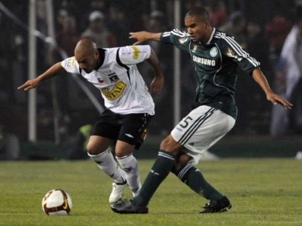 CON LO JUSTO. Mauricio Ramos corta el avance colocolino. Palmeiras sorprendió sobre el final en Santiago y dejó fuera al 'Cacique' (Foto: FIFA.com / AFP)