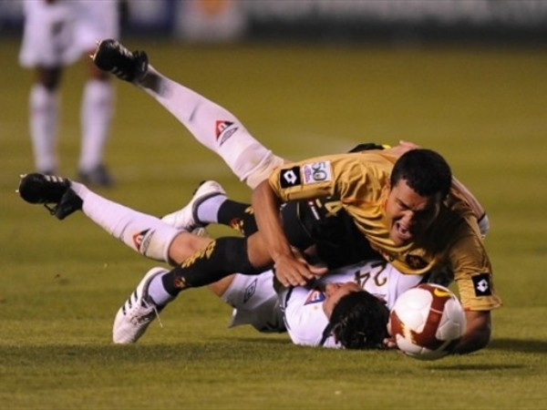 SOLO TE QUEDA SUFRIR. Como Espínola, todo LDU sintió en cuerpo y alma la derrota ante Sport Recife, que confirmó la eliminación del campeón vigente (Foto: FIFA.com / AFP)