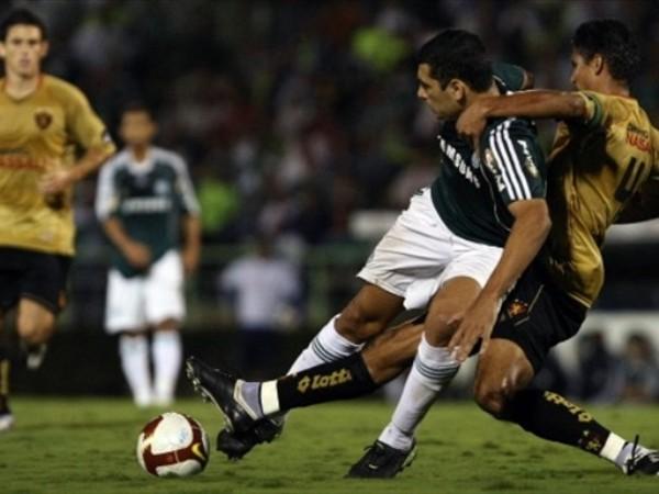 APRETADITO. El encuentro entre Palmeiras y Sport Recife se jugó con mucha intensidad, aunque los locales inclinaron un poco la cancha. Al contrario de lo que sugiere la foto, fueron los visitantes quienes aguantaron el encuentro (Foto: FIFA.com / AFP)