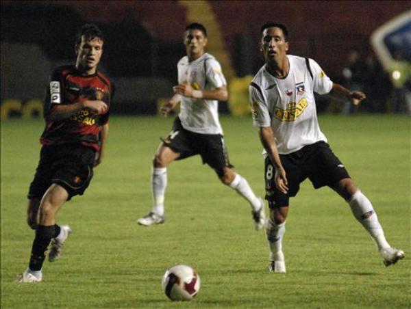 SE TE FUE. La mirada de Lucas Barrios lo dice todo: Colo-Colo perdió el control de las acciones en Recife (Foto: EFE)