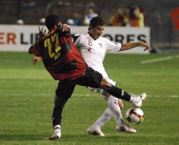 FRENAZO. El 'Pato' Urrutia no puede ante la dura marca de Moacir. Liga se vio sorprendido por Recife (Foto: EFE)