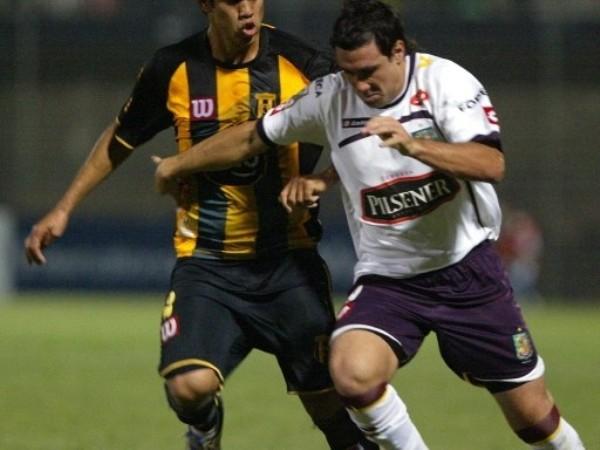 PERMISITO. Cuenca manejó el partido en Asunción, maniató al colero guaraní y se clasificó detrás de Boca en el Grupo 2 (Foto: FIFA.com / AFP)