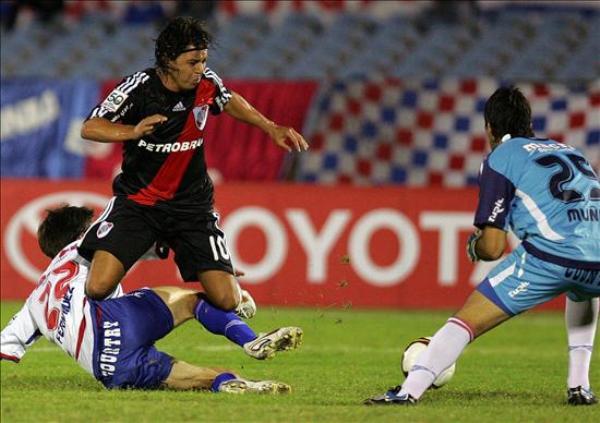 AHORA SÍ ESTUVO ALICAÍDO. Fernández cierra a Gallardo antes de que inquiete el arco de Muñoz. El 'Muñeco' no trascendió, como todo River en Montevideo (Foto: EFE)