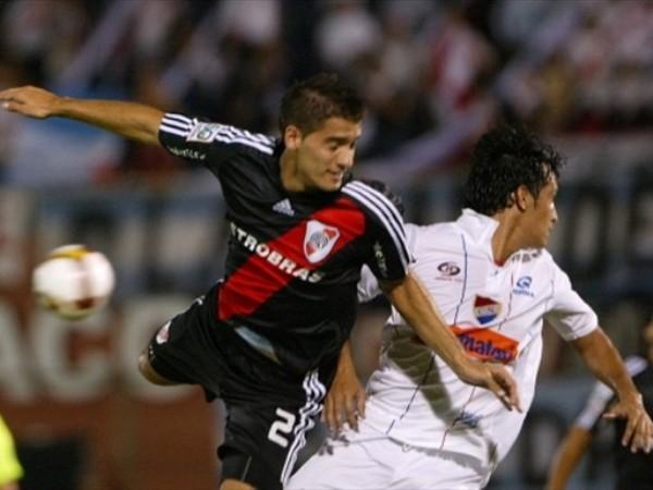 ES VERDAD, ASÍ NO QUIERAS VERLO. Nicolás Sánchez ya está resignado al saltar. River fue humillado por Nacional de Asunción y quedó fuera de la Copa (Foto: FIFA.com / AFP)